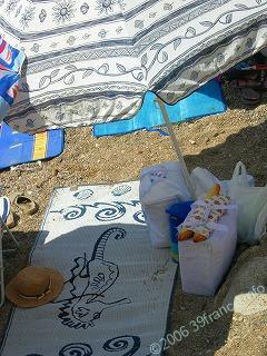 一人ビーチでの手荷物管理2