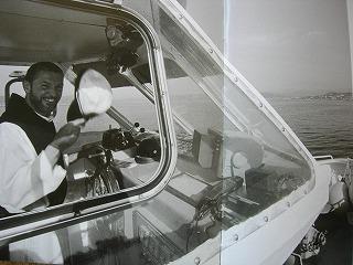 船を運転中の僧